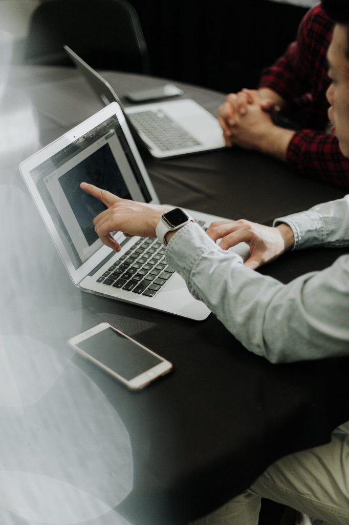 Le social selling ne se définit pas avec une simple présence sur les réseaux sociaux. C'est une fusion de plusieurs stratégies en liaison directe avec le marketing de contenu, le story telling ainsi que le pesronal branding.