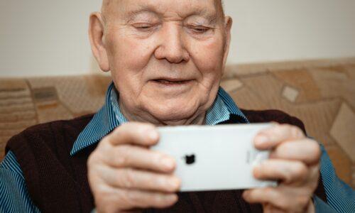 senior avec un iphone