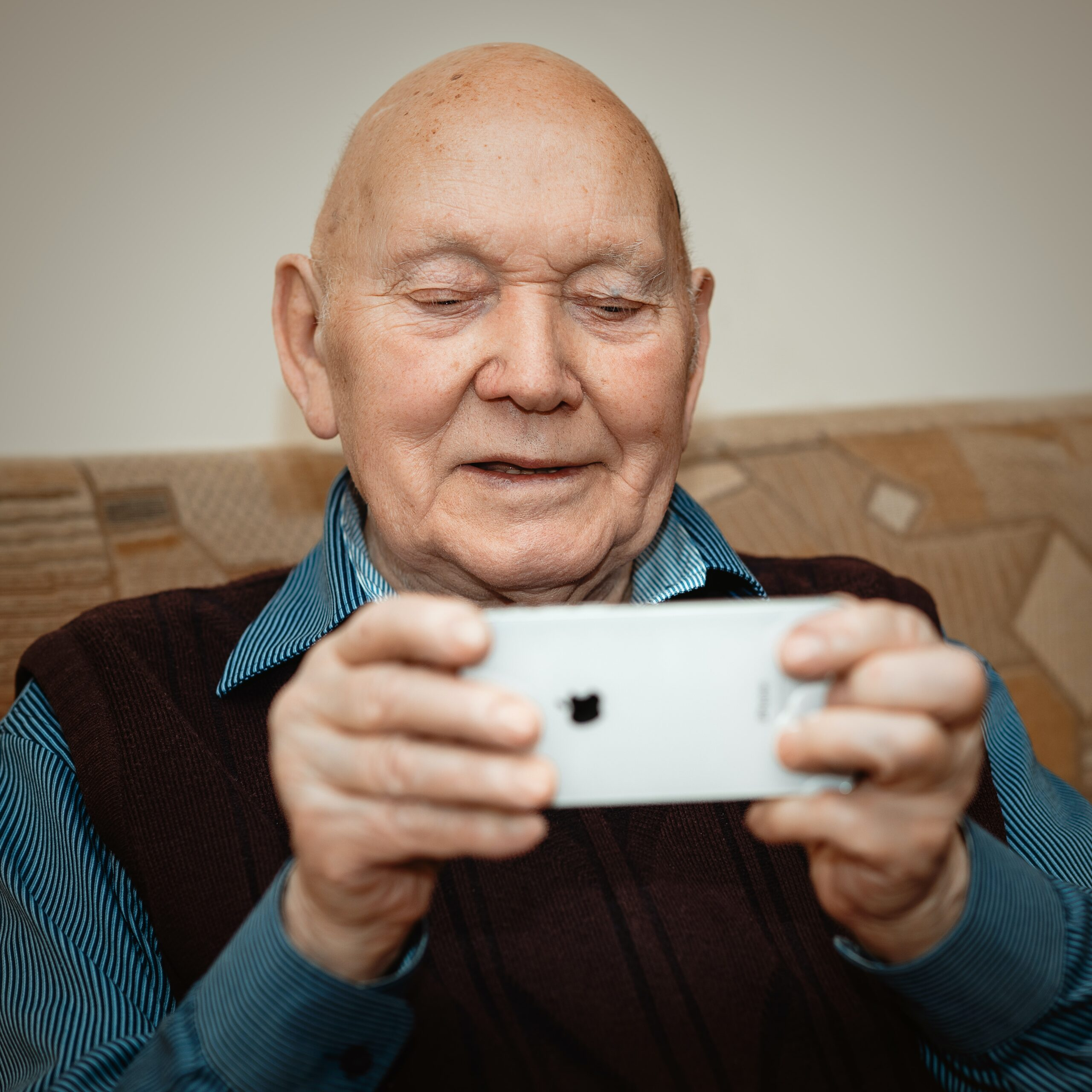 senior avec un iphone